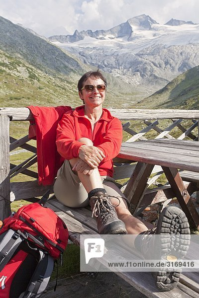 Frau auf der Terrasse der Osnabrückerhütte  im Hintergrund die Hochalmspitze  Kärnten  Österreich