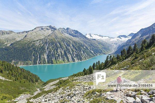 Wanderer auf dem Berliner Höhenweg  Zillertaler Alpen im Hintergrund  Tirol  Österreich Wanderer auf dem Berliner Höhenweg, Zillertaler Alpen im Hintergrund, Tirol, Österreich