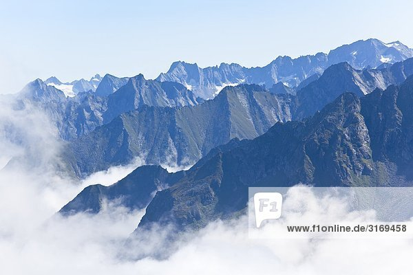 Bergkämme der Zillertaler Alpen umgeben von Wolken  Tirol  Österreich  Erhöhte Ansicht Bergkämme der Zillertaler Alpen umgeben von Wolken, Tirol, Österreich, Erhöhte Ansicht