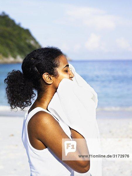 Eine Frau sich mit einem Tuch trocknen.