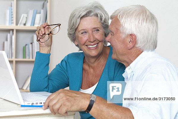 Glückliches Seniorenpaar am Laptop