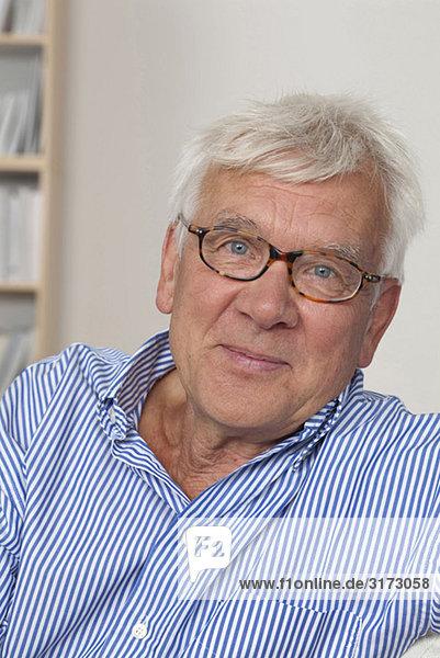 Zufriedener Senior mit Brille Zufriedener Senior mit Brille