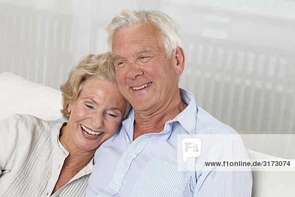 Glückliches Seniorenpaar auf der Couch Glückliches Seniorenpaar auf der Couch