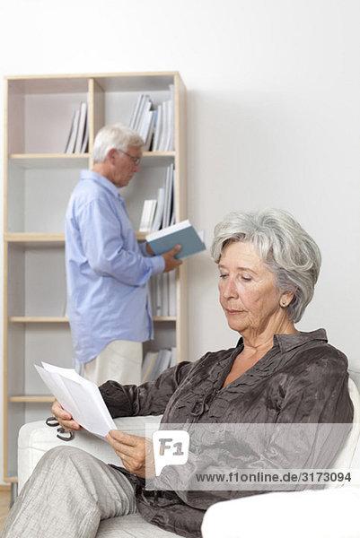 Seniorenpaar liest Zuhause Seniorenpaar liest Zuhause