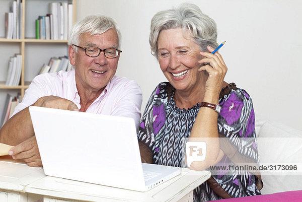 Glückliches Seniorenpaar am Laptop Glückliches Seniorenpaar am Laptop