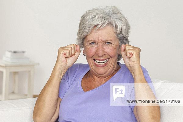 Jubelnde Seniorin mit geballten Fäusten Jubelnde Seniorin mit geballten Fäusten