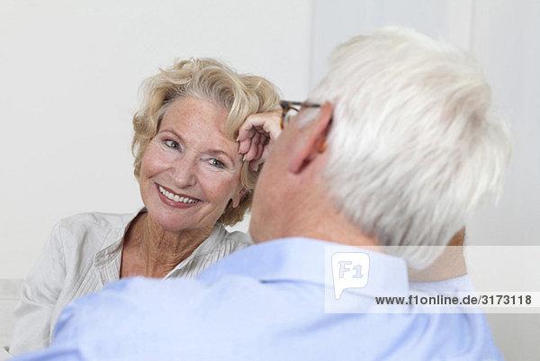 Seniorenpaar schaut sich an