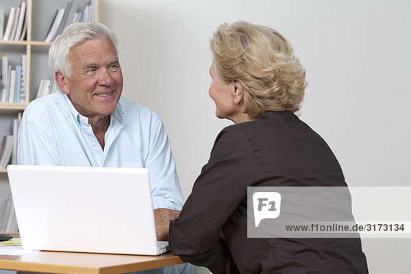 Seniorenpaar am Laptop Seniorenpaar am Laptop
