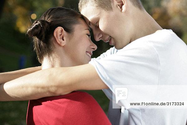 Teenagerpaar umarmt sich