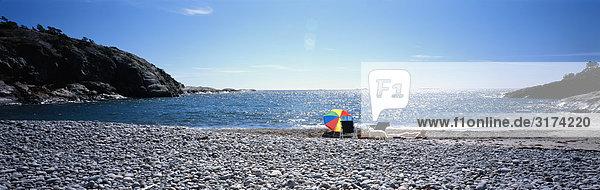 Sonnenschirm am Strand  Schweden.
