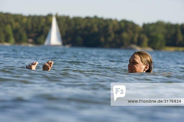 Frau Schwimmen im Meer  Schweden.