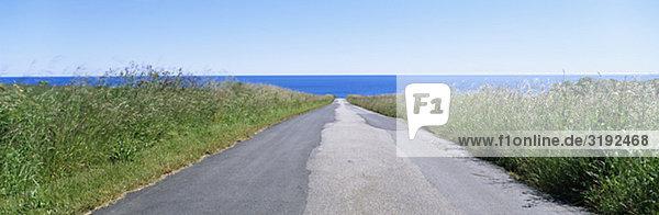 Weg in Richtung Meer im Hintergrund