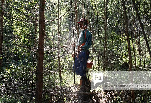 Mann Stand im Wald