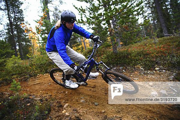 Ein Mountainbike fahren  Finnland.