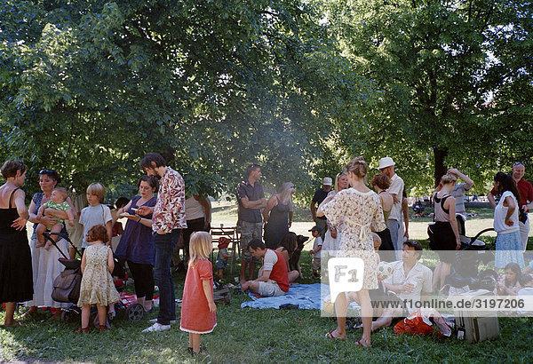 Familienfest in einem Park  Stockholm  Schweden.