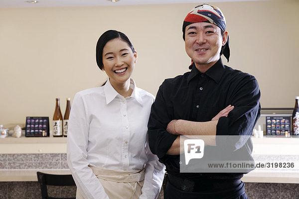 Porträt des japanischen Kellnerin und Küchenchef im restaurant
