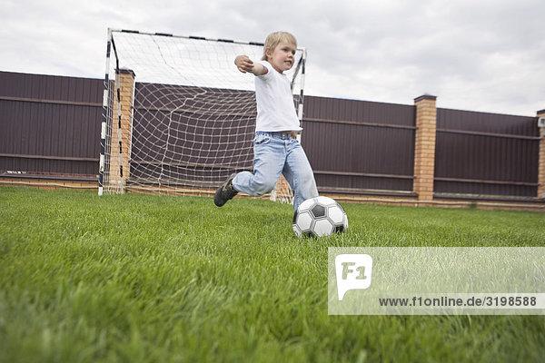 Junge - Person treten jung Football