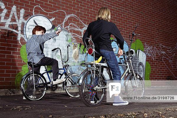 zwei jungen auf Chopper Fahrräder