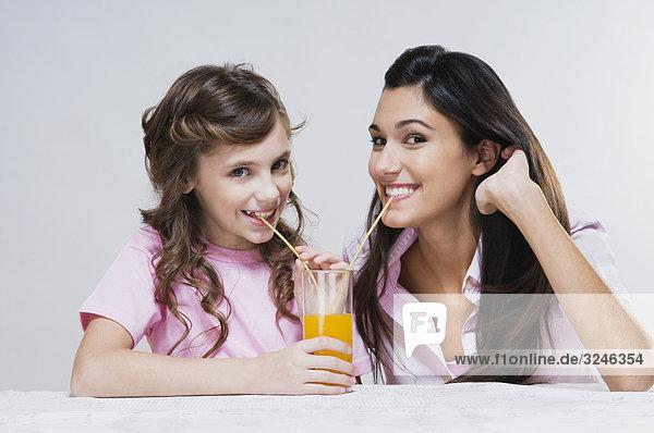 Portrait teilen Saft Tochter Mutter - Mensch