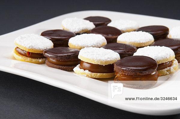 Nahaufnahme von Schokolade Creme Cookies auf einem Tablett