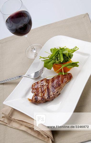 Erhöhte Ansicht von Spinat-Salat mit steak