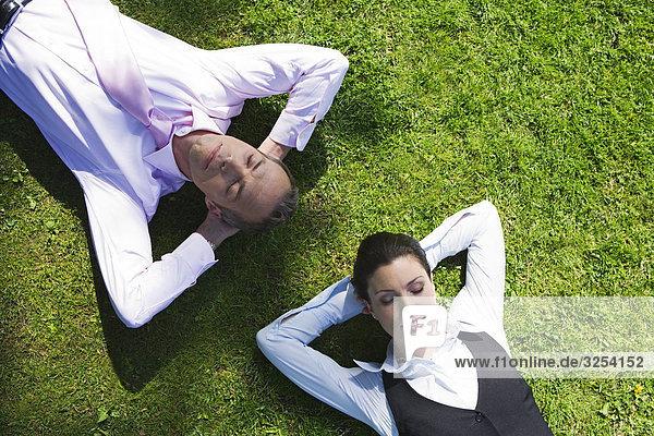 Ein Geschäftsmann und ein geschäftsfrau auf th Gras  Stockholm  Schweden.