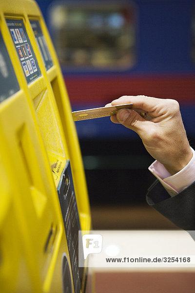Kaufmann mit seiner Kreditkarte  Stockholm  Schweden.