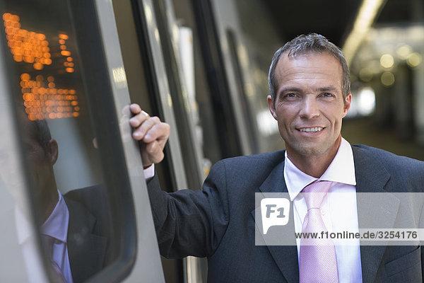 Kaufmann stand neben einem Zug  Stockholm  Schweden.