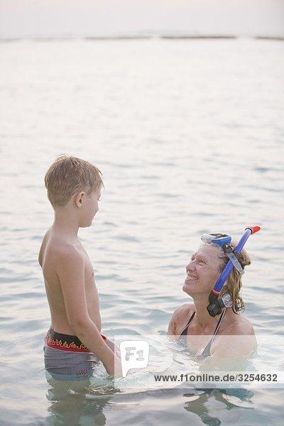 Mutter und Sohn Baden im Meer  den Malediven.