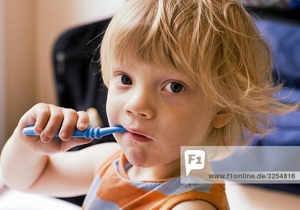 Ein Junge seine Zähne  Schweden.