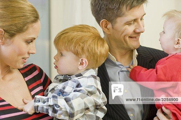 Eine Familie mit zwei kleinen Kindern  Schweden.