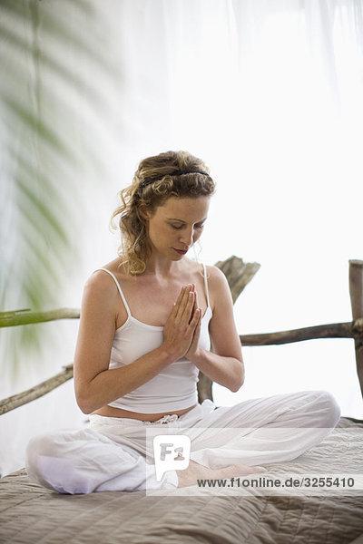 Frau mittleren Alters beim Yoga