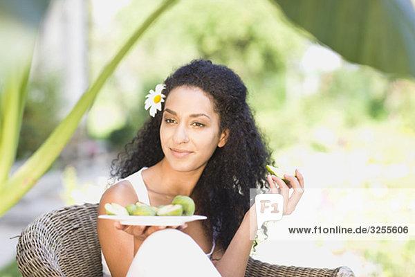 Frau  die frische Früchte isst