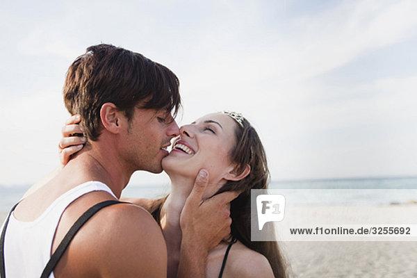 Pärchen beim Küssen am Strand