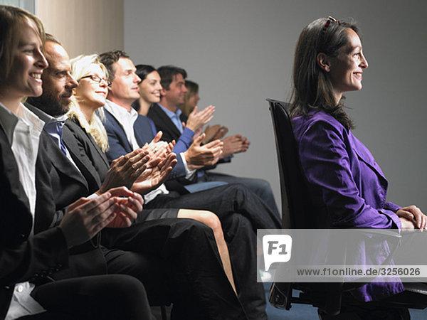 Leute auf einer Konferenz  die applaudieren.