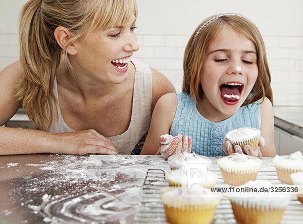 Mama und Tochter mit Kuchen