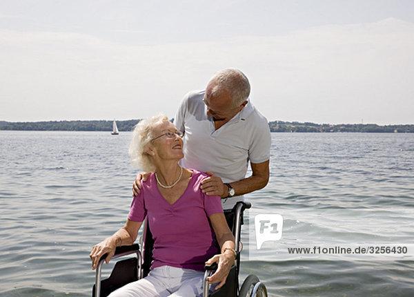älterer Mann und Frau im Rollstuhl älterer Mann und Frau im Rollstuhl