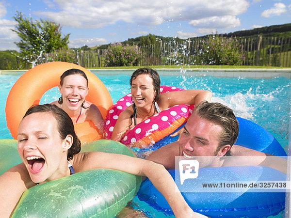 Leute im Pool
