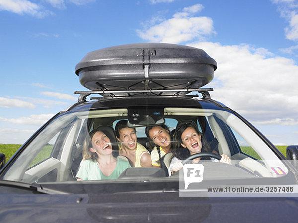 Mädchen singen im Auto