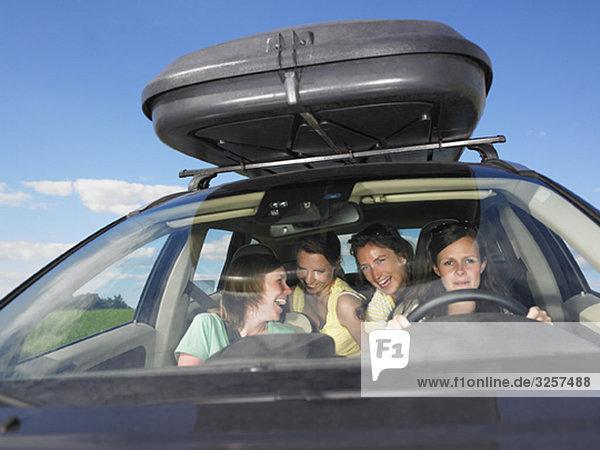 Autofahrende Mädchen