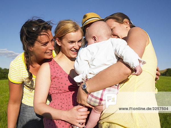 Frauen bewundern Baby