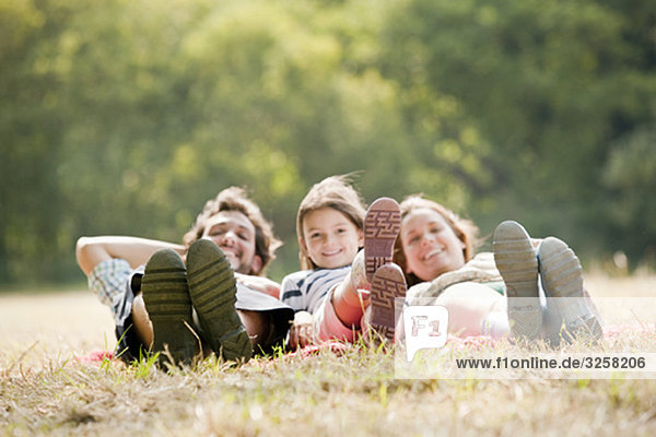 Familie auf dem Land auf der Decke liegend