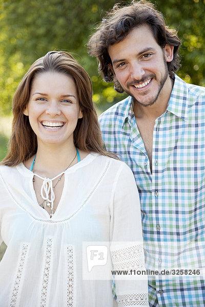 Porträt eines lächelnden Paares auf dem Land