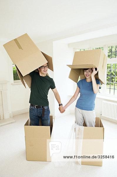 Ein Paar hat Spaß mit Boxen