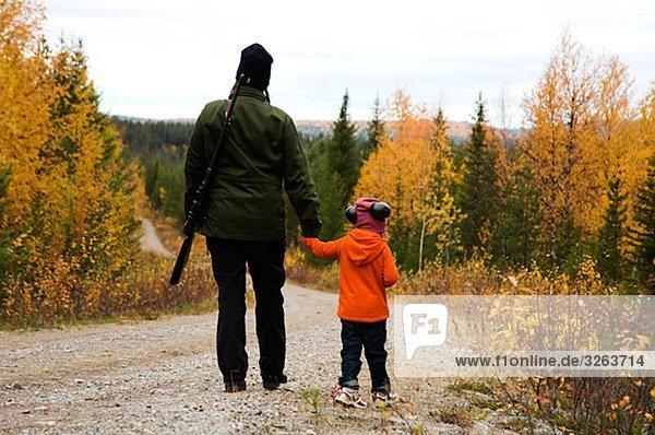 Einer Frau und eines Kindes Jagd  Schweden.
