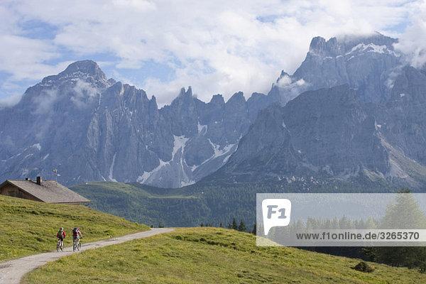 Italien  Dolomiten  Paar Mountainbiking  Rückansicht