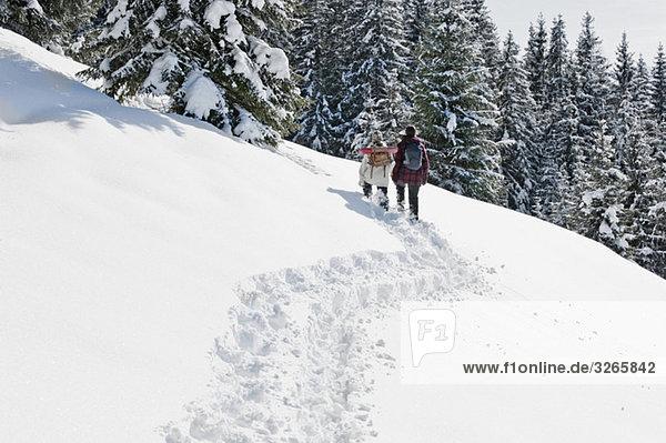 Österreich  Salzburger Land  Wanderer in verschneiter Landschaft