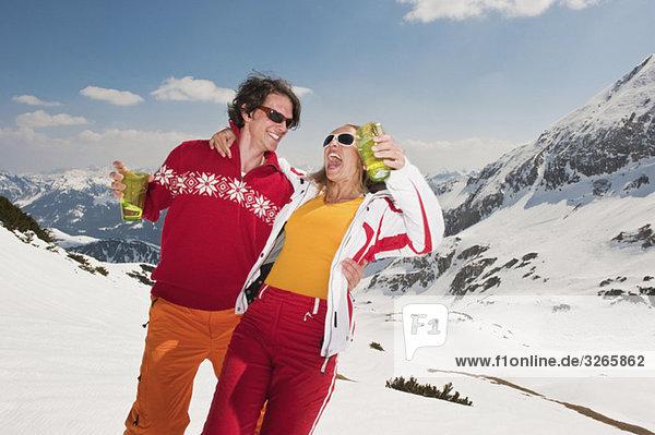 Österreich  Salzburger Land  Paar mit Spaß  Brille halten  lachen  Porträt