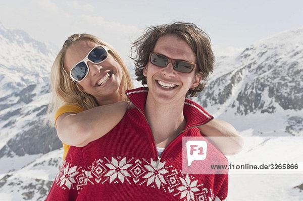 Österreich  Salzburger Land  Junges Paar lächelnd  Portrait  Nahaufnahme