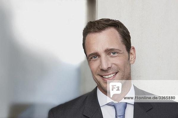 Deutschland  Köln  Geschäftsmann lächelnd  Portrait  Nahaufnahme